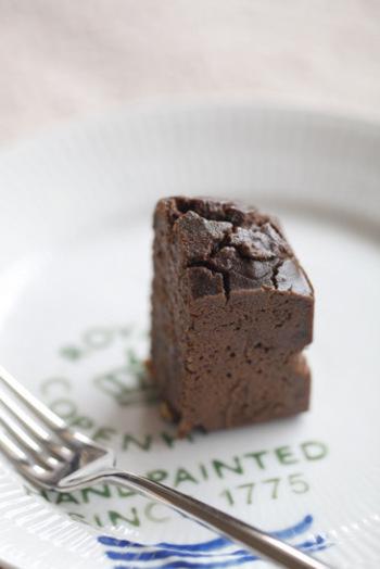 玄米粉を使ったしっとり&リッチな味わいのチョコケーキ。ラップなどに包んでおけば、冷蔵庫で数日保存する事が可能です。可愛らしくラッピングすればバレンタインのプレゼントにもぴったりですね。