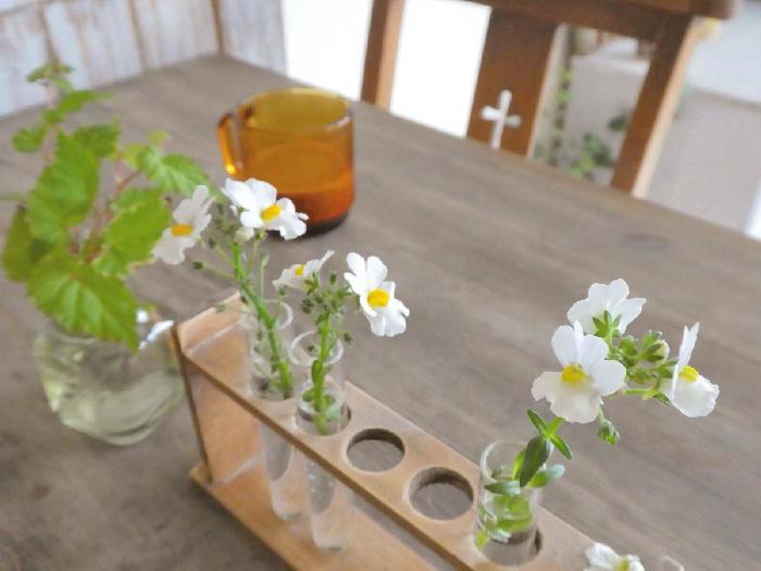 個性的なフラワーベースを使うと、おうちでカフェ気分を味わえます。こちらは、横に長いタイプの花器なので、センターピースの役割を果たしてくれますね。