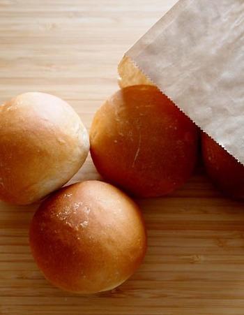 噛めば噛むほど味わい深くなる玄米粉を使った玄米粉パン。丸い形が素朴で可愛らしい雰囲気!そのまま食べるのは勿論ですが、餡を包んで餡パンにしたりフルーツなどを混ぜて作っても美味しそうですね。