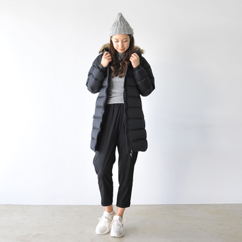 子供との外遊びにおすすめのスポーティーカジュアルスタイル。着ぶくれしがちなロングダウンコートは、Aライン&モノトーンカラーでまとめるとスッキリ見えますよ。