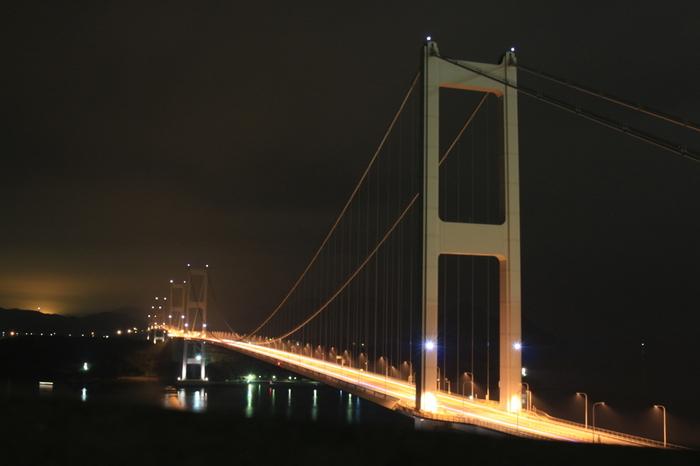 海の難所といわれる来島海峡に架かる、世界初の三連吊橋。3つの長大橋梁が、今治と大島を結びます。夕陽が美しく、また期日限定で夜間のライトアップがされるのも見どころです。