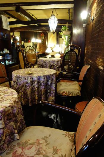 店内も外観のイメージ通り。観葉植物や家具がクラッシックで重厚な雰囲気を作り出しています。