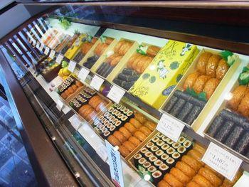 綺麗な店内には、おいなりさんと、のりまき(かんぴょう)が入った寿司折がずらっと並んでいます。