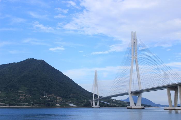 生口島と大三島の間に架かる世界最大級の斜張橋で、鳥が羽を広げたような美しい形。日光東照宮で有名な「鳴き龍」現象(天上の龍に向かって拍子を打つと多重反射音で龍が鳴いているように聞こえる)がこの橋でも体験できるとか。サイクリングの方はお試しを。
