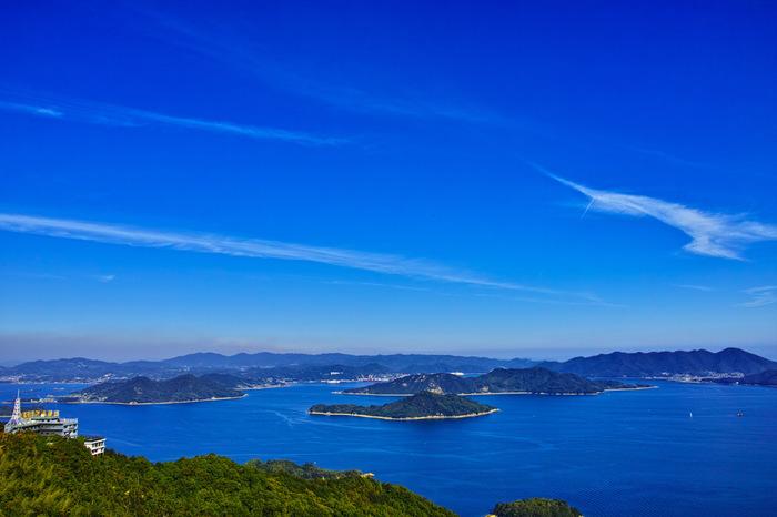 「高見山」は、瀬戸内随一の国立公園。尾道に最も近い向島にあり、四国山脈や瀬戸内の島々が一望できます。日本の中世に瀬戸内で活動した村上水軍(海賊)の見張り台があったことでも知られます。