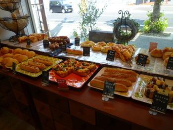 バゲットもしっかりしていて本格的な味ですが、淡路島産たまねぎを使用した惣菜パンなども人気です。あれもこれも欲しくなって何度も来てしまうリピーターが続出しています。