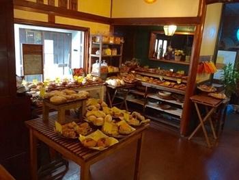 姫路市にある「ベーカリー燈(ランプ)」はハンバーガーやベーグルが人気のお店です。フランスパンに具材を合わせた惣菜パンもおいしいです。