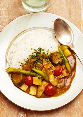 みんな大好きなカレーも、鍋で煮込まなくても簡単にできちゃいます♪ゴロゴロ野菜がたっぷりでおいしそう!