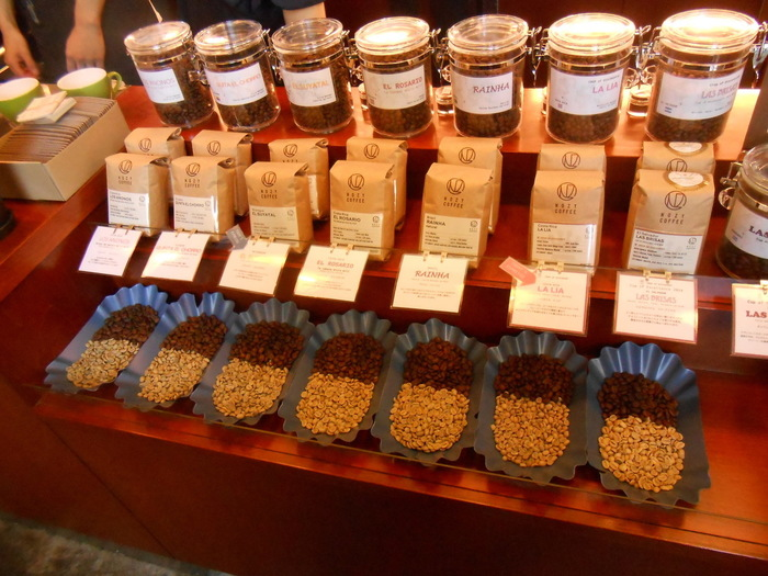こだわりは、「シングルオリジン」。シングルオリジンとは、コーヒーの豆の生産国、生産地域、生産処理方法が明確で、それらが一切ブレンドされていないコーヒー豆のこと。 コーヒー本来の美味しさを味わえることはもちろん、その年の、その豆にしかない風味・特性を楽しむことができるのも魅力です。