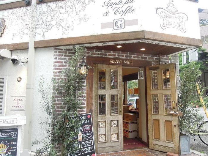 世田谷公園のすぐ隣にあるアップルパイの名店「GRANNY SMITH(グラニースミス)」。こちらはテイクアウトのみに小さなお店で、コーヒー販売もしているので、世田谷公園でブレイクタイムを楽しみたい方には好都合です。