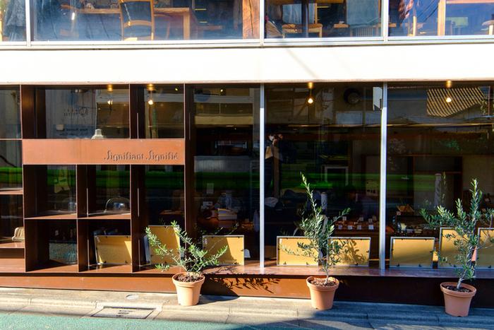 大きな窓ガラスの建物が印象的な「Signifiant Signifie(シニフィアンシニフィエ)」。こちらはコーヒー専門店「NOZY COFFEE」の向かいにある、超有名ベーカリーカフェです。