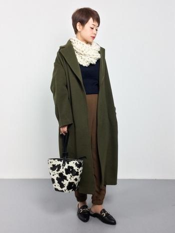 動きやすいカジュアルなジョガーパンツは、ロングコートを羽織ればキレイめスタイルに♪シックなカラーの冬コーデは、柄物バッグで遊び心をプラス!