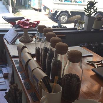 店内では丁寧に自家焙煎したコーヒー豆を販売。コーヒーを淹れたり、楽しむためのアイテムも揃っています。