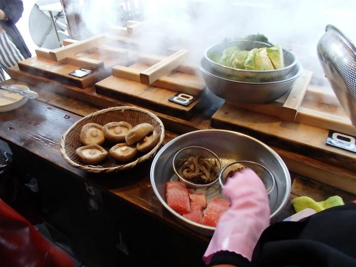 ザルに食材を入れて、地獄釜の中へ。タイマーで、調理時間をセットしておくので簡単♪蒸気がもくもく上がります!