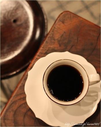 イートインでいただける焙煎したてのコーヒーは、ゆっくり丁寧にハンドドリップで提供。 ブレンド1種、シングル4種、そして季節のコーヒーと、種類も豊富です。もちろんテイクアウトも可。 近くに訪れた際は是非足を運んでみてください。