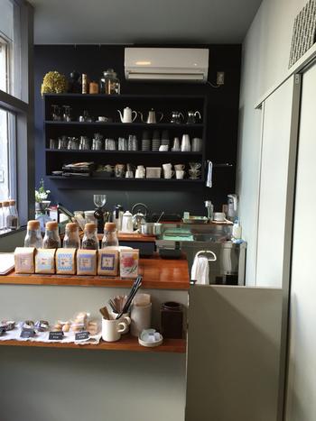 コーヒーの豆と道具の通販をメインとした、知るひとぞ知るミニサイズのコーヒーショップ「coffee caraway (コーヒーキャラウェイ)」。アンテナショップ的な役割を持つこちらのお店は、イートイン席が7席程度しかない小さな空間。 それだけに焙煎士のこまやかなこだわりを身近で感じることができるので、コーヒーファンにはたまらないお店となっています。