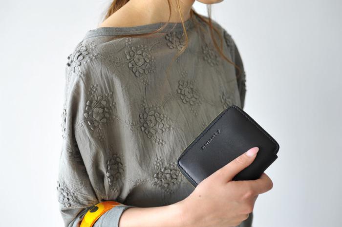 こちらはブランドロゴが型押しされたマリメッコのウォレット。丸みを帯びたフォルムが女性らしく、機能性にも優れている財布はずっと愛用できます。
