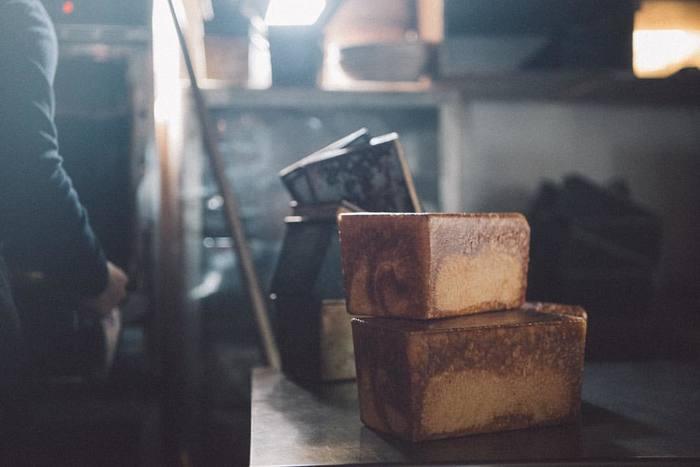 焼く時にフタをするので、焼き上がりが正方形になる「角食」。アメリカが発祥と言われ、その形がアメリカ・プルマン社の鉄道車両に似ていることから「ブルマンブレッド」とも呼ばれます。
