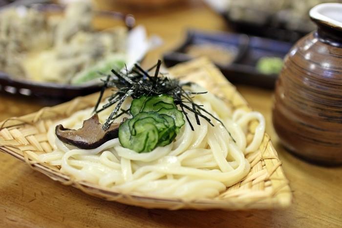伊香保温泉の名物・水沢うどんは、コシと弾力があり透明感のある麺が特徴。基本的には冷たいざるうどんを醤油ダレやごまダレで食べるスタイルです。