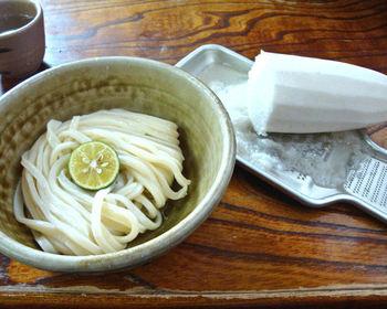 食べ方にもお店それぞれの個性があります。「小縣家」では、大根まるごと一本が提供され、お客さんが自分でおろして食べるという豪快さ!