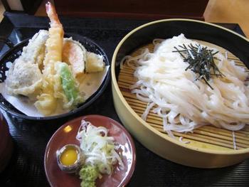 秋田県南部発祥の稲庭うどんは、油を使用しない手延べ乾麺。冷や麦よりやや太いぐらいとかなり細く、つるつるとしたのどごしが魅力のうどんです。