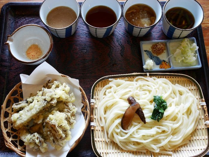 松島屋ではつけ汁が最大5種のコースも。山菜やとろろなど、山の味覚も存分に楽しめます。