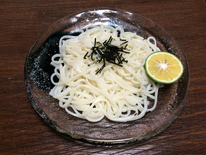 富山県の氷見うどんは強いコシとお餅のような粘りが特徴的。地理的にも近い稲庭うどんと同じく細めの手延べうどんです。