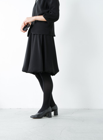ふわっとしたふくらみがかわいらしいバルーンデザイン。裾に向かって流れるように広がるフレアシルエットをより綺麗に見せてくれます。ボリュームを抑えているので子供っぽくならず、さらに脚をほっそりとみせてくれます。