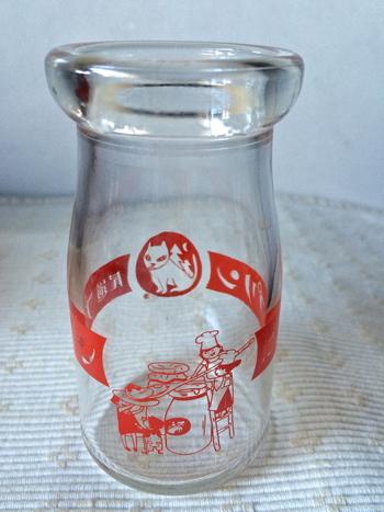 プリンをおいしく頂いた後は、可愛いやまねこ印の瓶をインテリアとして活用するのもいいですね♪ 一輪挿しやちょっとした小物入れにピッタリ!