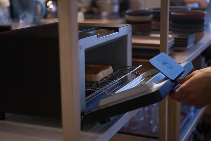 水分の蒸発を防ぐため、トースターを30秒ほど余熱で温めておきます。パンを入れる際は、密度の高い食パンの下(底)を、熱がこもるトースターの奥に向けて焼くと、ムラなく均一に焼くことができます。