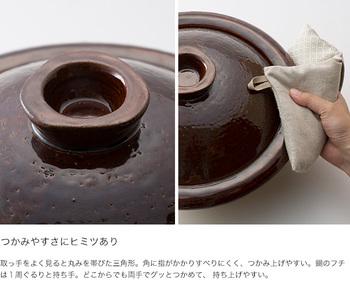 なんといっても、特徴的なのがこの形。 コロンとした見た目には、つかみやすさにヒミツがあるんです。 鍋のフチはぐるりと一周持ち手になっていて、丸みを帯びた三角形。 どこからでも両手でぐっと持ち上げやすい形になっています。