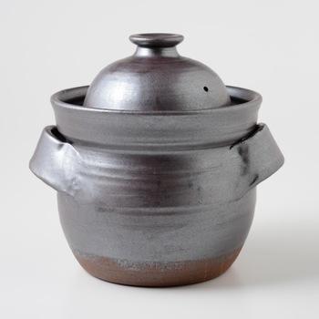 まゆみ窯、真弓亮司さんのご飯炊き用土鍋です。 土鍋でご飯を炊くと美味しい、というのはとても有名なお話。 その土鍋の中でも、とくにご飯をおいしく炊けるように作られたのが、このご飯炊き用土鍋なのです。 ご飯を炊くためだけの土鍋を持つというのは、とても贅沢な歓びですね。