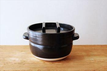 昔ながらのお釜のような形が愛らしい、【かもしか道具店】のごはん鍋。 「なにより、おいしいごはんが炊ける鍋。」 というキャッチコピーがとっても気になる土鍋です。