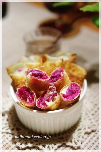 カリッと揚げたワンタンの皮と紫芋の色合いがキレイなおやつレシピです。チーズが入っているので、おつまみにもどうぞ。