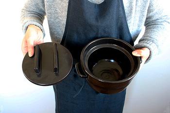 足りない水分は鍋からもらって、あまった水分は鍋が吸い取って…。 この調湿効果により、残ったご飯は鍋ごと冷蔵庫保存でき、そのまま電子レンジで温めれば炊き立てのおいしさにもとどおり! 2合サイズは、炊き時間約13~14分ほどで、ツヤツヤふっくらおいしいごはんができあがります。