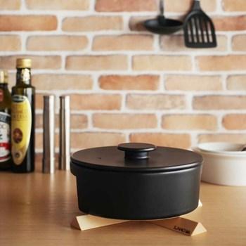 """「do-nabe」の特徴は、「取っ手がないこと」「蓋も鍋も丸くないこと」。 """"使いやすくてスマートな鍋を作る""""をテーマに、いらない部分をそぎ落とし、よりシンプルな形に仕上げてあります。"""