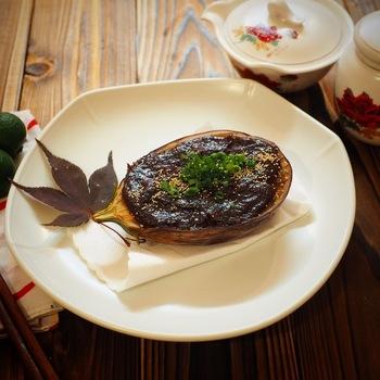 京都のおばんざい、「なすの田楽」です。油を含んでとろ~り、ジューシーなナスに、コクのある八丁味噌の甘味噌がたまりません!寒い季節にハフハフと熱いうちに召し上がれ。