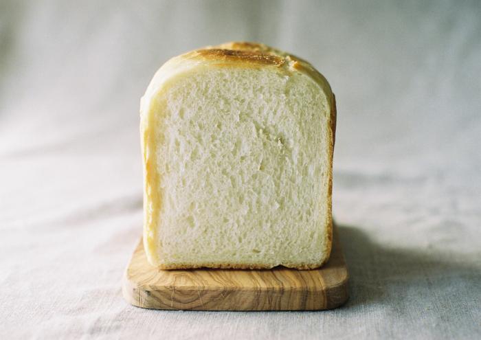 イースト菌(パン酵母)ではなく、果物や穀物に付着している天然酵母を使った食パンです。小麦の味が際立ち、甘みと旨みの詰まった奥深い味わいが特徴です。