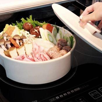 見た目よりも大容量なのは、底が平らで程よい深さがあるため。 そこが丸くなっている普通の土鍋と比べて、盛りつけが綺麗にできるのもポイントです。