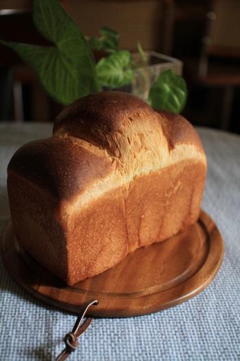 山型(山食)はイギリスパンとも言われるように、発祥はイギリスです。ブリキ(tin)型で焼くことから「ティンブレッド」と呼ばれることも。フタをしないで焼き上げるため、気泡が大きくふわふわになるのが特徴です。