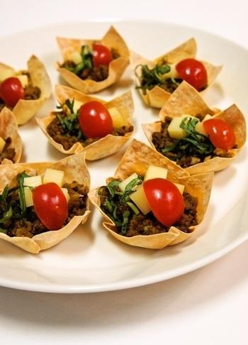 ワンタンの皮で作ったミニカップは、パーティ料理に大活躍! プチトマトやチーズで彩りよく盛り付けて出来上がり。