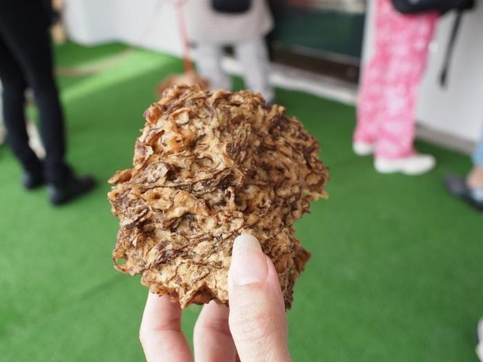袋に入れてもらった熱々の天ぷらは、その場で手づかみでパクっと食べるのが最高♪