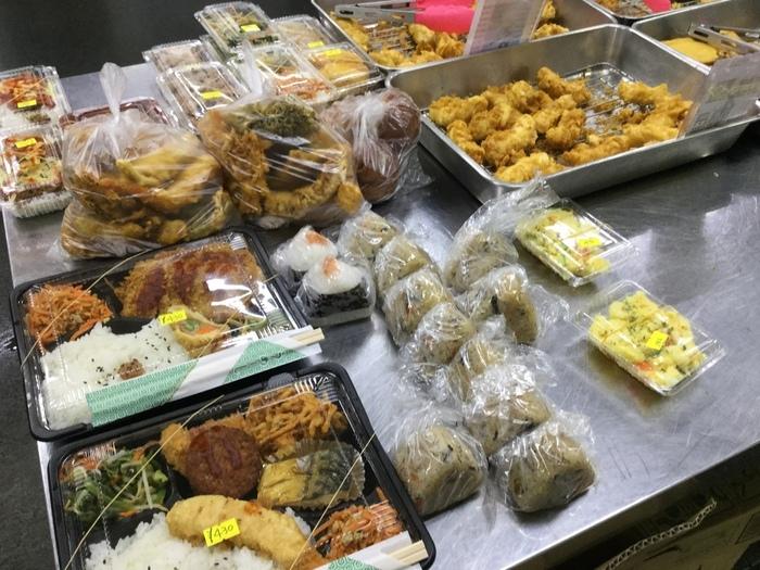 天ぷら以外にも、ジューシー(沖縄風炊き込みご飯)など、沖縄の家庭の味がずらり! どれにしようか迷っちゃいますね。旧盆やお彼岸などには欠かせない重箱もありますよ。