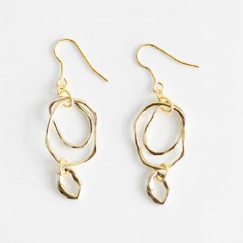 3つの華奢なリングが耳元で繊細に揺れ動く、大人っぽく上品な雰囲気のデザイン。