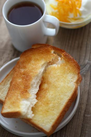 トーストするとパリパリとした食感になり、軽い口当たりです。また一般的には、砂糖や乳製品をあまり加えないシンプルな材料で作られることが多く、小麦本来の味が楽しめます。
