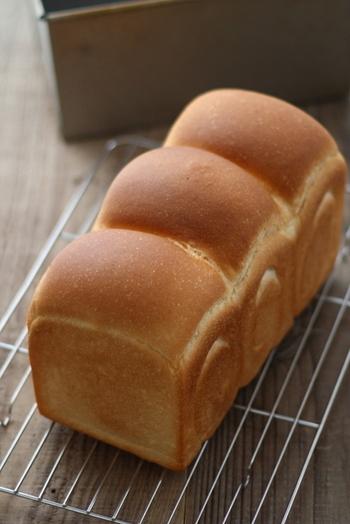 食パンは側面にヘコみのないものを選びましょう。ヘコんでいると、焼きムラがある可能性があります。また山型の場合、山の部分の裂け目が細くクッキリ出ているのが、発酵がうまくいっている証です。