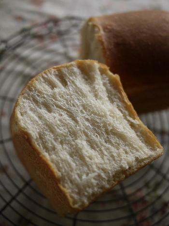 元々はフランスが発祥で、サンドイッチ用にイギリスパンを真似て作られた食パンです。フランスパン特有のパリッとした表皮を持ちつつ、中がふわっと柔らかくなっています。ただし日本では、単に山型パンを指すことが多いようです。