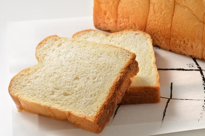 卵やバターをふんだんに使ったリッチな食パンです。お店によってはデニッシュ生地で作られることもあります。甘みがあり、柔らかな食感が特徴です。