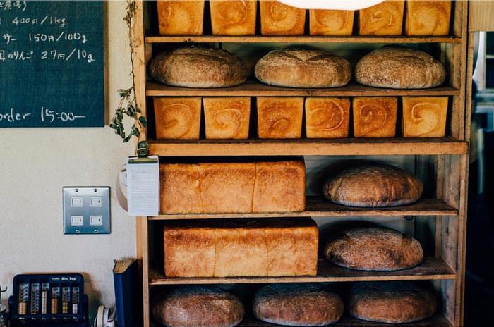 食パンを大きく分けると、正方形の「角食」と、こんもりふくらんだ「山型(山食)」の2タイプがあります。同じ材料を使っていても、歯ざわりや食感が違ってくるんですよ。