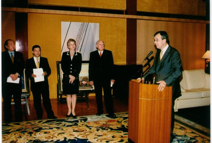 大使館でのパーティに招かれるミッシェル・アンリ。